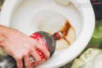 Dùng nước ngọt vệ sinh, mẹ chẳng lo mó tay vào bồn cầu