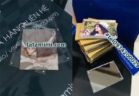 Ảnh cưới trưng bày trong khung mica để bàn