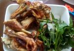 Phun môi ăn thịt gà có sao không?