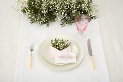 Mẹo tuyệt hay giúp làm sạch dầu mỡ và vết mốc trên khăn trải bàn xem ngay