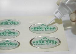 Cách đổ keo resin epoxy nhựa trong suốt làm bảng tên nhân viên