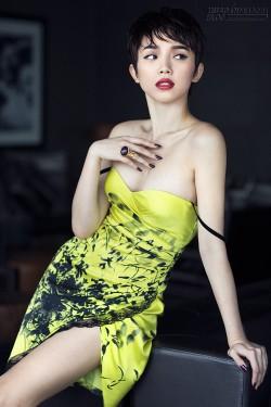 Tóc Tiên buông quai váy, khoe ngực đầy