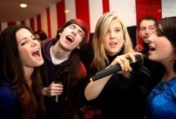 Sử dụng micro khi hát karaoke sao cho đúng cách