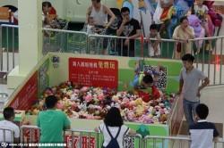 Máy gắp thú bông bằng người gây chú ý tại trung tâm mua sắm Trung Quốc