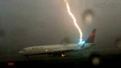 Kinh hãi máy bay bị sét đánh tại sân bay