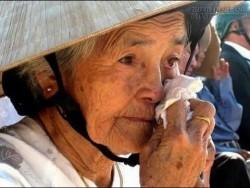 Quà tặng cuộc sống - Khi mắt Mẹ dính bụi