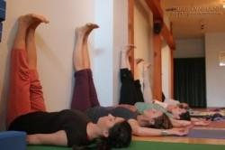 Động tác yoga gác chân lên tường: vừa giúp bạn thư giãn vừa rất tốt cho sức khoẻ