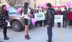 Video: Tiểu thư nhà giàu cầu hôn anh chàng nghèo khó, kết quả là…