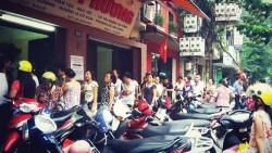 Người Hà Nội dậy sớm xếp hàng dài chờ mua bánh Bảo Phương