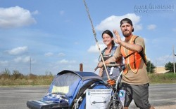 Cặp đôi liều nhất hệ mặt trời đi bộ xuyên đại dương vì lý do khiến người ta ngã ngửa