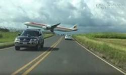Máy bay chở 350 hành khách sượt qua ôtô