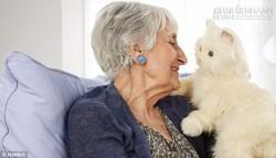 Mèo robot làm bạn với người già