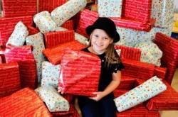 Bé gái 8 tuổi mua quà Giáng Sinh cho trẻ trong bệnh viện