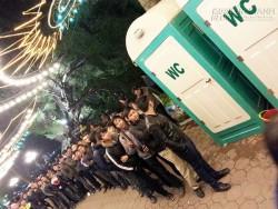 Đón năm mới ở Hà Nội: Choáng cảnh hàng nghìn người chen chân chờ vào nhà vệ sinh