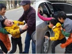 Hình ảnh em bé khóc xin mẹ đừng bỏ rơi khiến người xem nghẹn lòng
