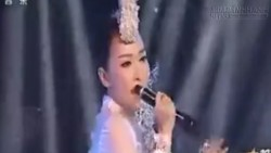 Nữ ca sĩ lộ hát nhép khi cầm micro ngược trên truyền hình