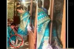 Bí mật kinh hoàng trong bức ảnh chú rể buộc dây giày cho cô dâu được chia sẻ hàng triệu lần