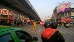 Hành động kỳ lạ của người đàn ông giữa phố Hà Nội khiến nhiều người sửng sốt