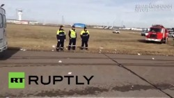 Máy bay tiếp đất bằng bụng tài tình ở Kazakhstan