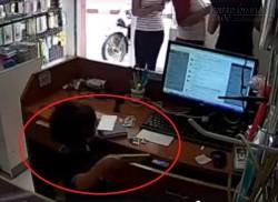 Người lớn đánh lạc hướng để trẻ con trộm điện thoại trong cửa hàng