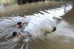 Hai cậu bé chăn bò cứu 5 nữ sinh đuối nước
