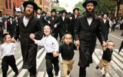 Bố mẹ Việt nên học hỏi cách dạy con biết mùi tiền gây sốc của người Do Thái