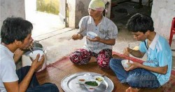Mẹ nấu nồi cơm nát và bát canh mặn, cha nói một câu khiến con trai suy nghĩ suốt đời