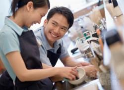 Đàn ông rửa bát giúp vợ vừa tốt đường tình, vừa lợi đường tiền