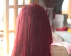 Thêm vài giọt nước cốt chanh vào nước ép củ dền rồi bôi lên tóc, bạn sẽ chẳng cần ra tiệm mà vẫn có màu nâu ánh đỏ đẹp chuẩn salon