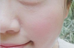 Dùng sữa tươi đắp mặt đã xưa rồi, giờ phải đông đá rồi chà lên mặt như thế này mới tốt cho da cơ