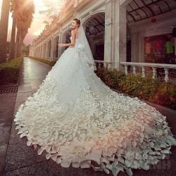 Choáng ngợp trước vẻ đẹp lộng lẫy của những mẫu váy cưới đuôi dài hot nhất 2017