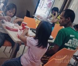 Ông bố nghèo tặng 2 con gái bữa ăn sang đầu đời gây sốt mạng