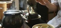 Câu chuyện ấm trà và bài học giàu nghèo giữa ông chủ và người làm