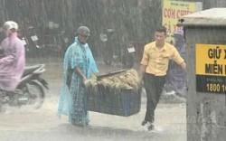 Ấm lòng chàng trai lao ra ngoài mưa để phụ người đàn ông nhặt lại rau bị rớt trên đường ngập