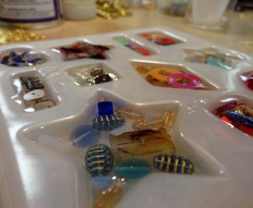 Cách đổ keo epoxy resin nhựa dẻo trong suốt làm huy hiệu logo nhựa nổi cài áo, 85036, Đồ Dùng Tiện Ích, Đồ Chơi Hàng Độc Lạ, Blog MuaBanNhanh, 05/09/2018 16:47:08