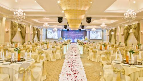Nên chọn không gian, sảnh tiệc cưới rộng rãi thoáng mát tạo nên sự dễ chịu cho khách mời.