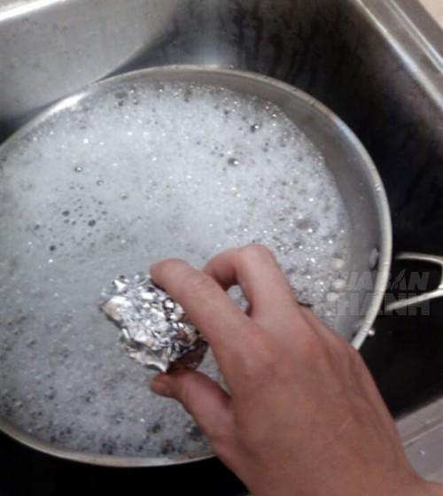 Giấy bạc giúp chà sạch xoong nồi bị cháy