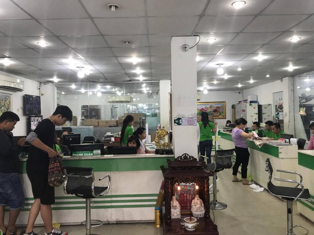 Nhân viên kinh doanh In Kỹ Thuật Số hỗ trợ khách hàng đặt in decal ở TPHCM