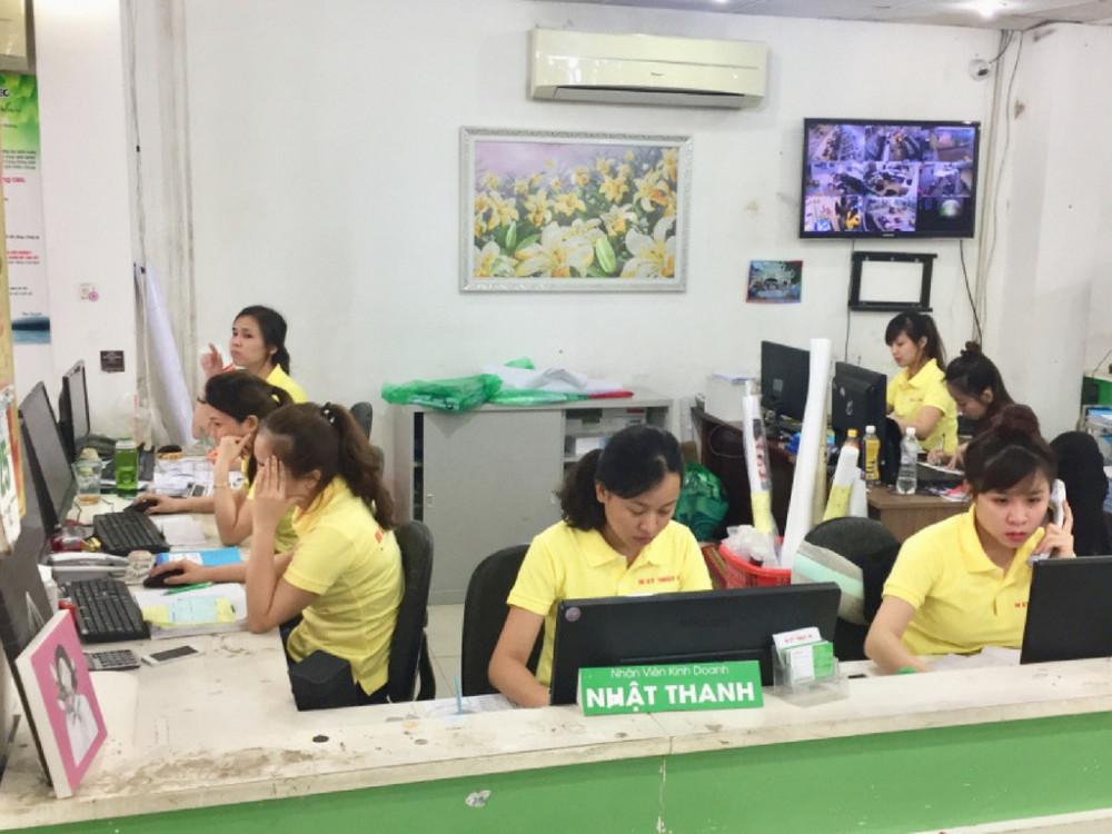 Nhân viên kinh doanh tại In Kỹ Thuật Số hỗ trợ khách hàng đặt in tờ rơi giá rẻ tại TPHCM