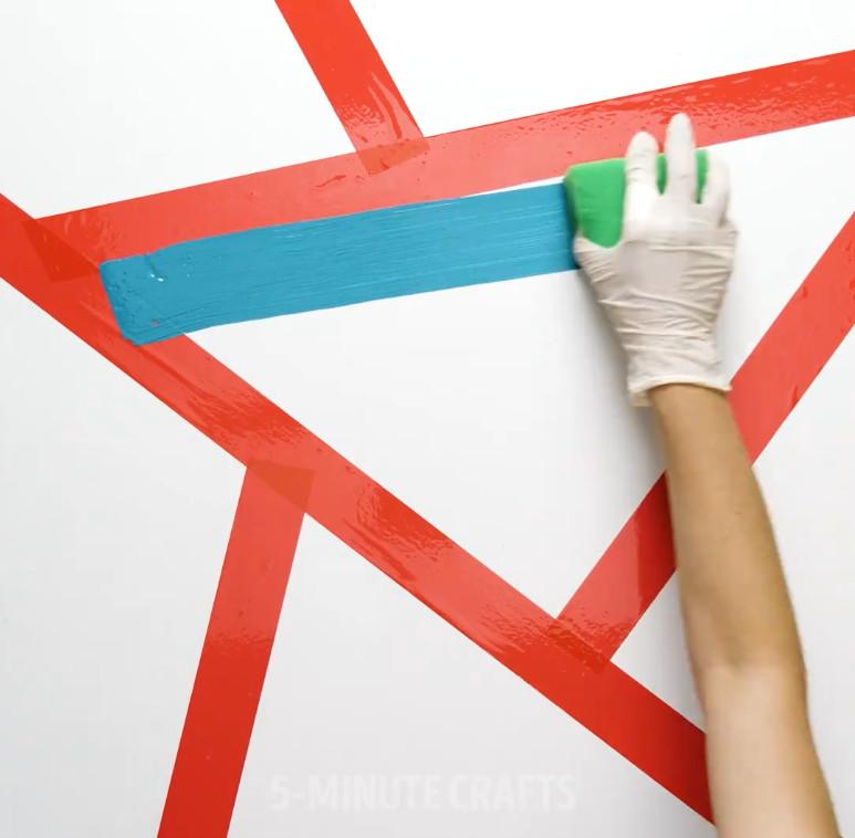 Bức tường với những hình tam giác sắc màu(2)