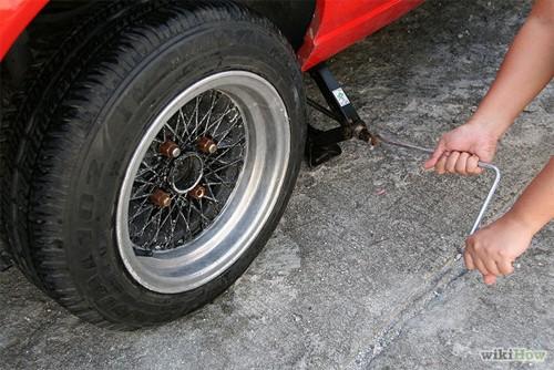 Hướng dẫn thay lốp ô tô cho người mới mua ô tô (12)