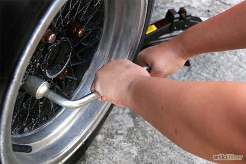 Hướng dẫn thay lốp ô tô cho người mới mua ô tô (13)