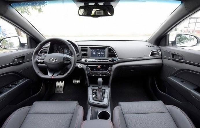 So sánh về nội thất thiết kếFord Focus Sport và Hyundai Elantra Sport 2018