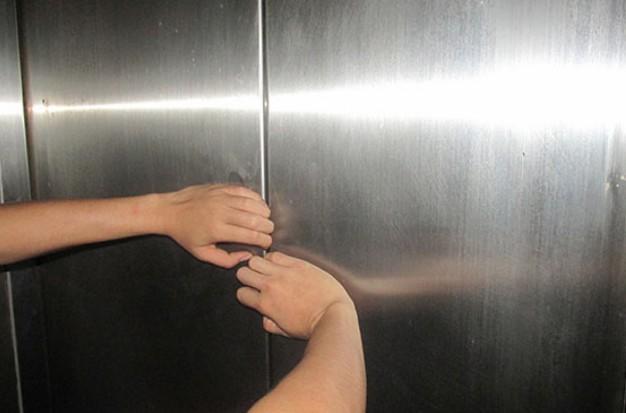 thoát hiểm khi thang máy gặp sự cố