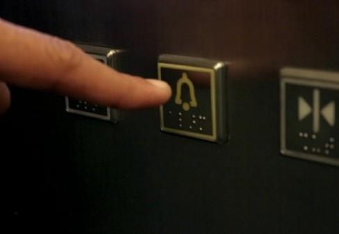 Cách thoát hiểm khi thang máy gặp sự cố