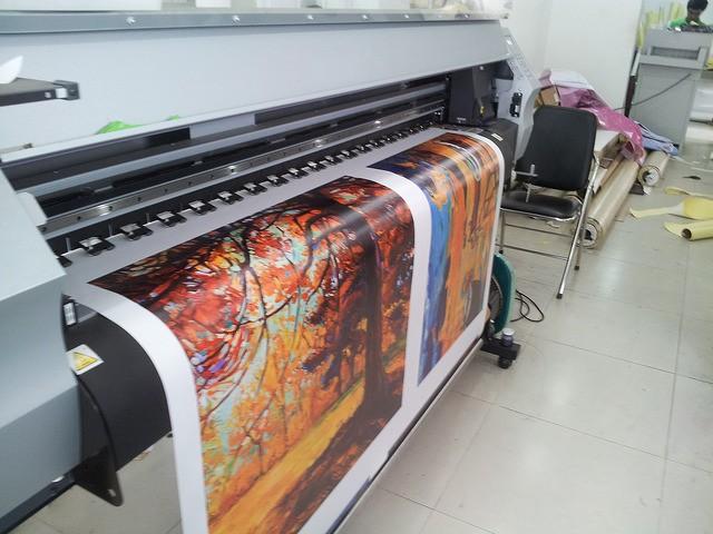 In canvas mực dầu trên máy in Nhật