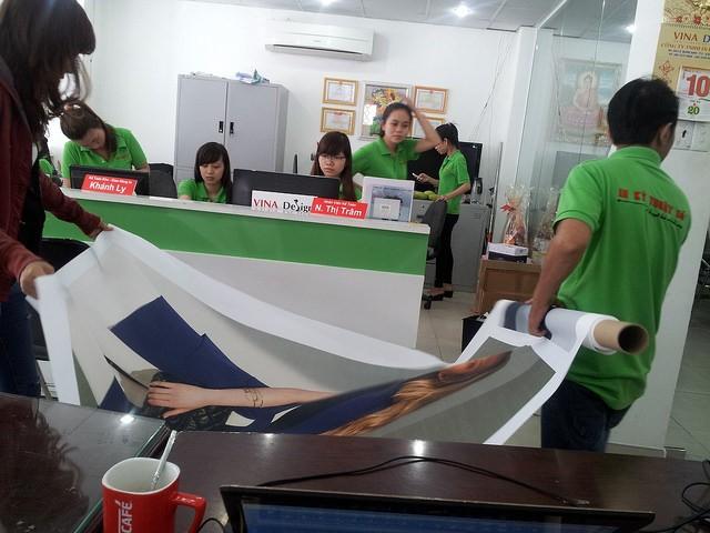 Tranh canvas làm phông nền quảng cáo sản phẩm thời trang tại trung tâm thương mại