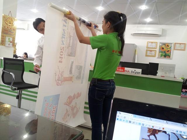 Khách hàng kiểm tra tranh in canvas tại văn phòng xưởng in canvas TPHCM - In Kỹ Thuật Số