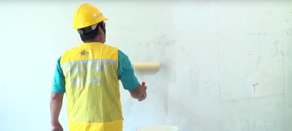 Sử dụng cọ lăn - lăn đều keo lên bề mặt tường