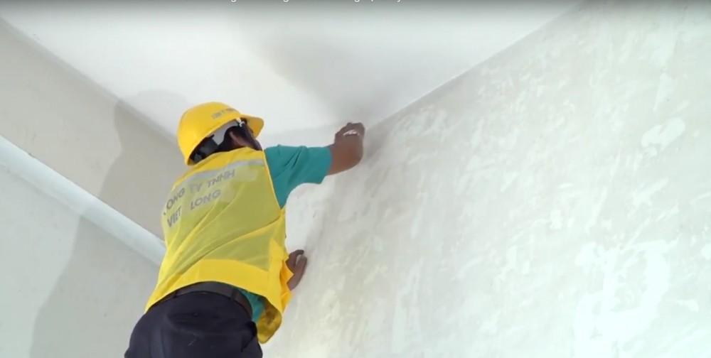Dùng cọ quét cho các góc tường